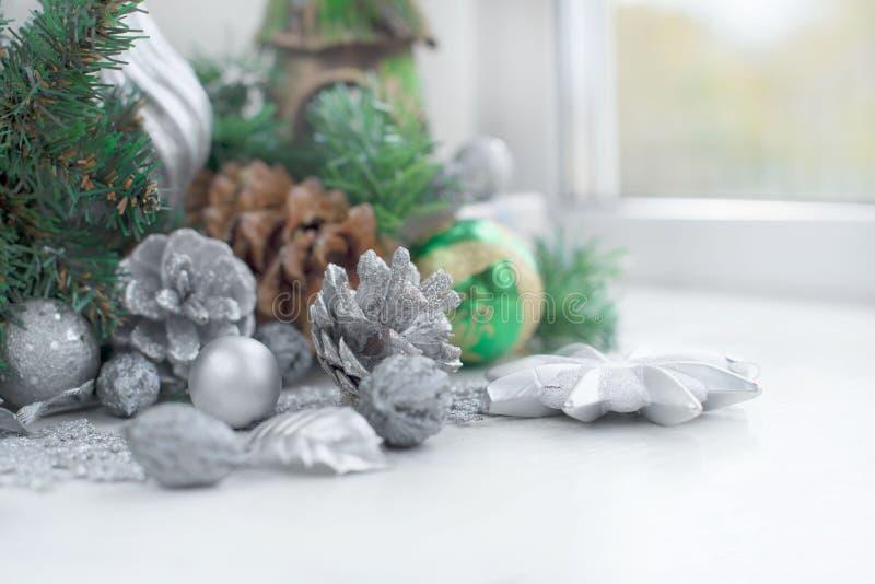 Composizione decorativa in Natale con gli elementi tradizionali della festa fotografia stock