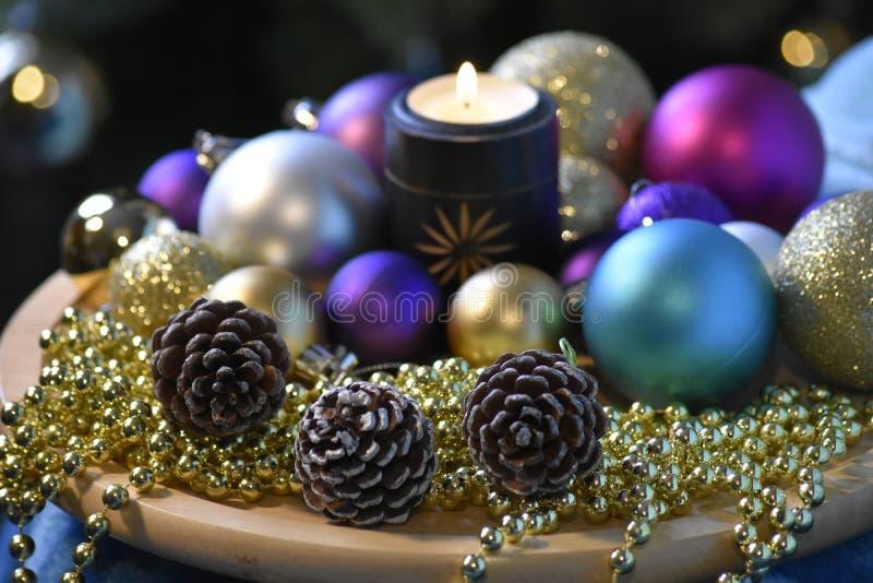Composizione decorativa in Natale con le luci, palle, immagini stock