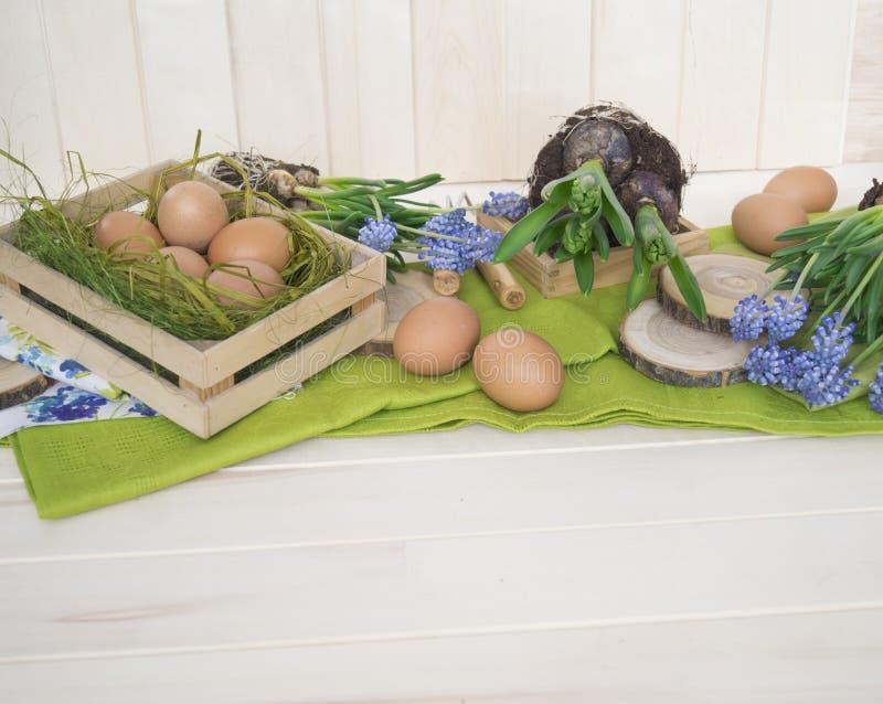Composizione decorativa in Pasqua su un fondo di legno Sorgente immagini stock libere da diritti