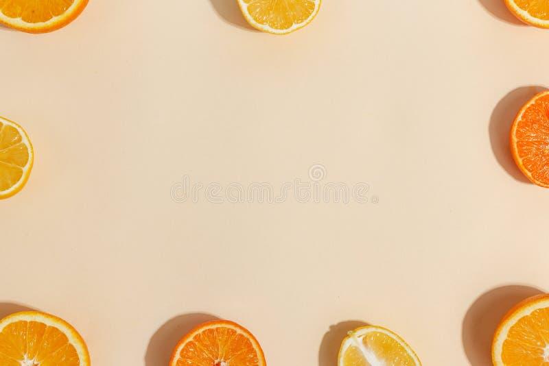 Composizione degli agrumi tagliati a metà su un fondo giallo-chiaro Vista superiore Copi lo spazio immagini stock