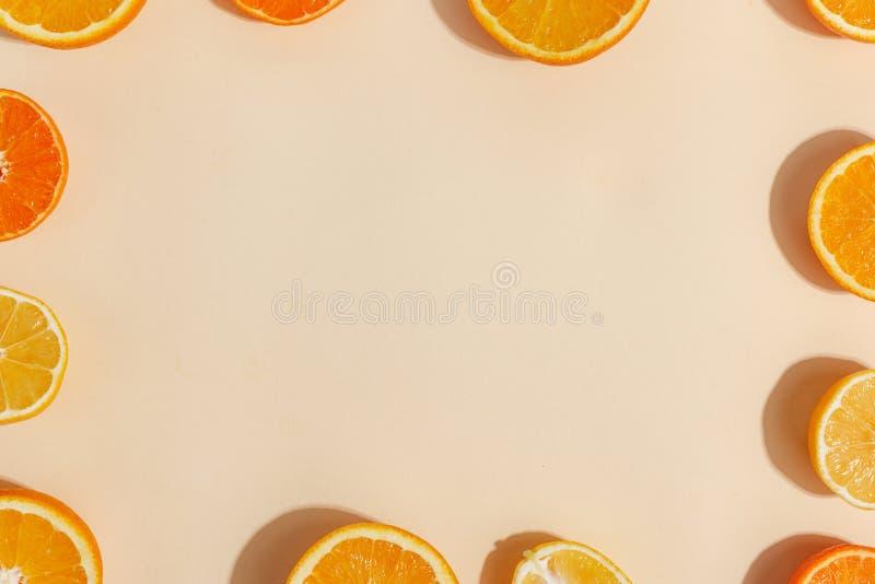 Composizione degli agrumi tagliati a metà su un fondo giallo-chiaro Vista superiore Copi lo spazio fotografia stock libera da diritti