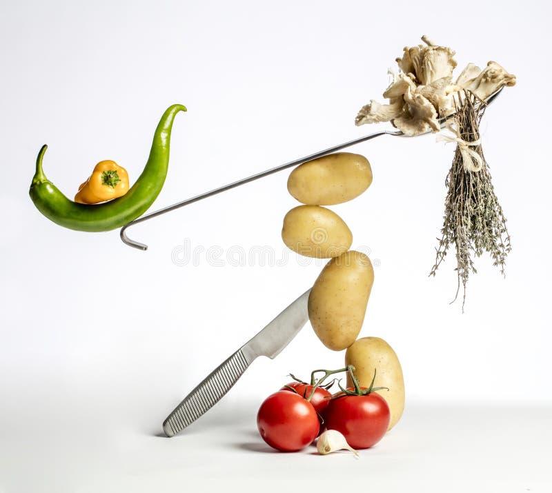 Composizione degli alimenti gastronomica con le verdure e gli utensili della cucina immagini stock libere da diritti