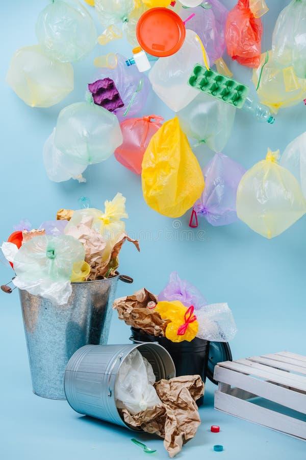 Composizione dei rifiuti domestici Sacchetti di plastica e bottiglie, cartoni dell'uovo, bidone della spazzatura fotografie stock