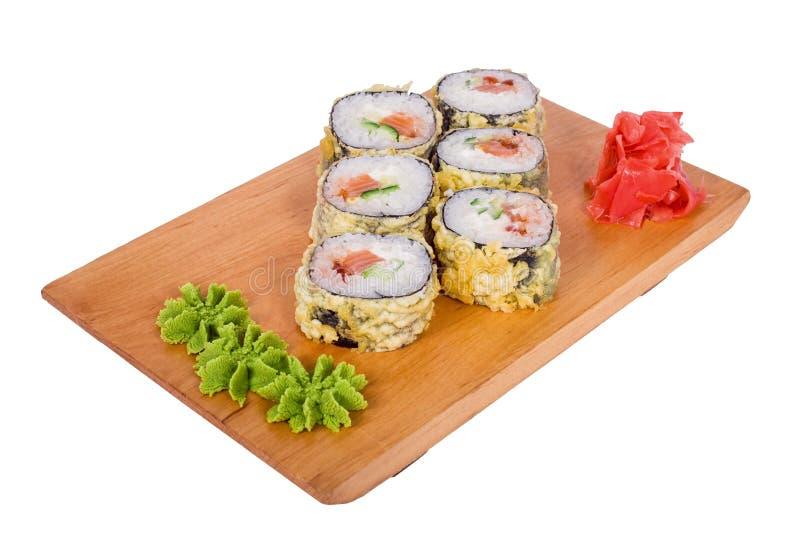 Composizione dei sushi in tempura su un bordo di legno fotografia stock
