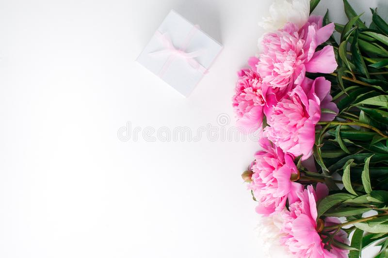 Composizione del fiore festivo sullo sfondo bianco - fiori di peonia rosa e giftbox Vista aerea giorno di San Valentino, 8 immagini stock