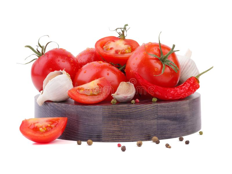 Composizione del mazzo del pomodoro e peperoncino su un piatto di legno fotografia stock libera da diritti