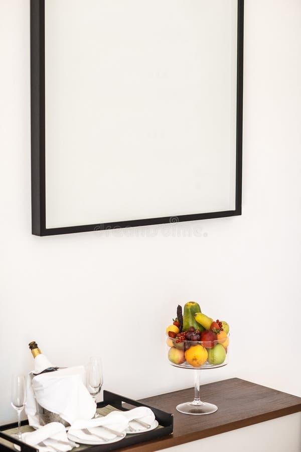Composizione delle bottiglie e dei bicchieri di vino, frutti su una tavola di legno e un'immagine fotografia stock libera da diritti