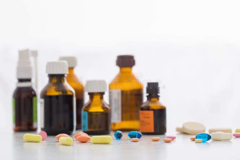 Composizione delle bottiglie e delle pillole della medicina immagini stock libere da diritti