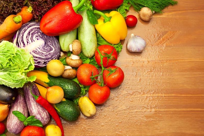 Composizione delle verdure organiche fresche immagini stock