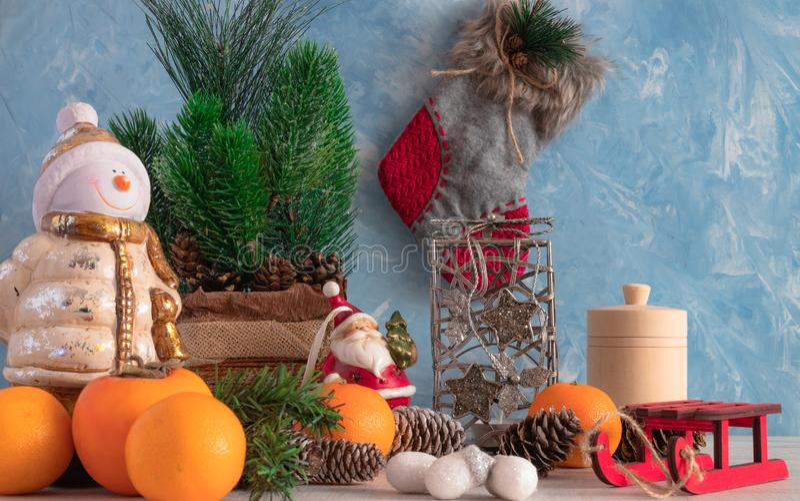 Composizione di Natale degli oggetti di Natale con un albero di Natale e un pupazzo di neve Decorazione del ` s del nuovo anno Ma fotografia stock libera da diritti