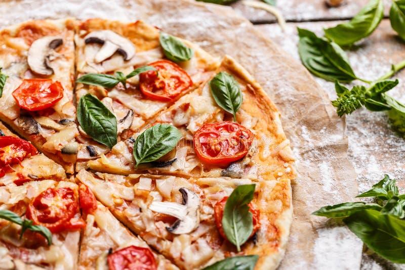 Composizione di pizza saporita fotografia stock libera da diritti