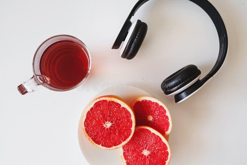 Composizione di vista superiore della bevanda rossa in una tazza di vetro trasparente, SL fotografia stock
