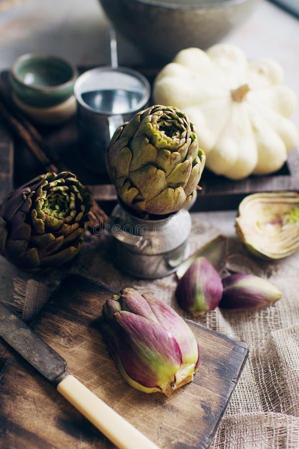 Composizione di vita continua con topinamburo organico grezzo su cartone di legno di vintage fotografie stock libere da diritti