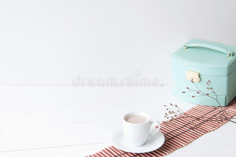 Composizione elegante minima con il contenitore di turchese e la tazza di caffè fotografia stock libera da diritti