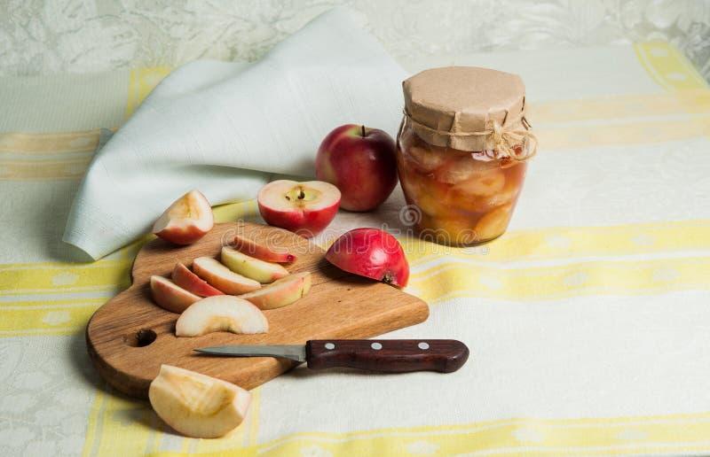 Composizione in estate Cottura dell'inceppamento dalle mele fresche rosse fotografia stock libera da diritti