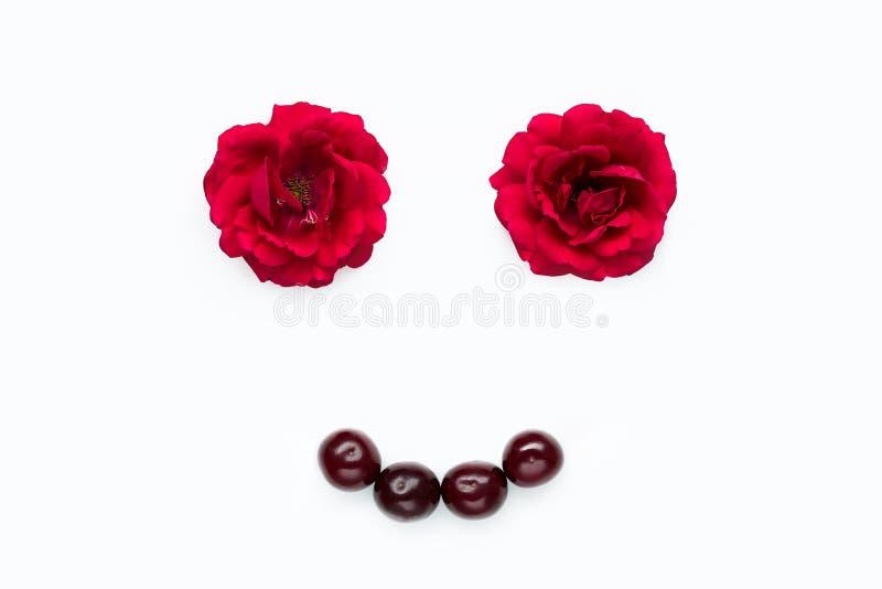 Composizione in estate - profili di una persona dai fiori delle rose e delle ciliege su fondo bianco Stile minimalista astratto immagine stock libera da diritti