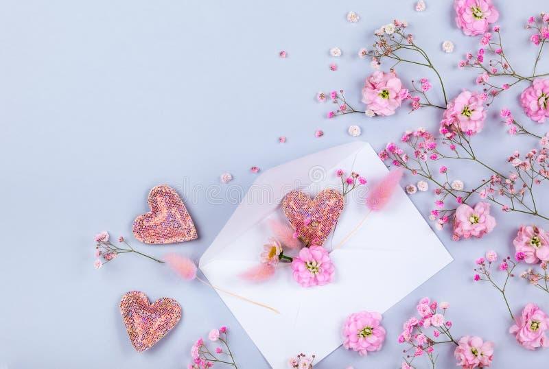 Composizione floreale con i fiori della molla immagine stock