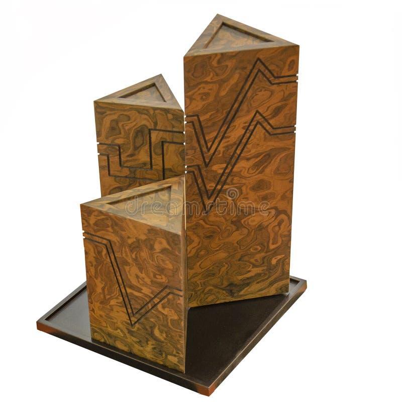 Composizione geometrica in natura morta di forme Prisma tridimensionale una piramide di tre alti triangoli fatti di granito sull' immagini stock