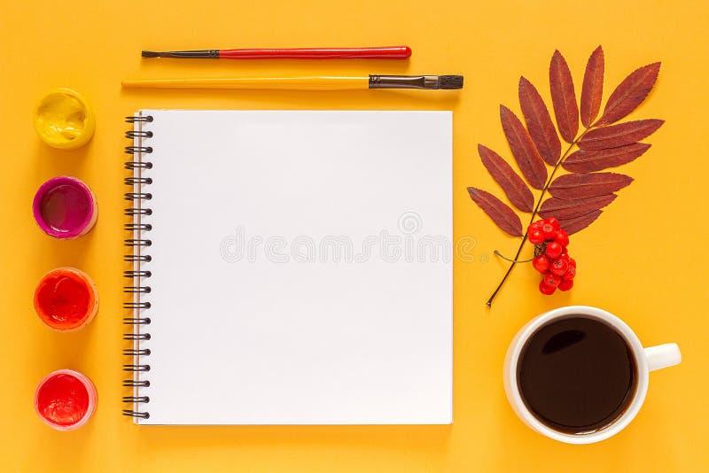 Composizione luminosa in autunno Album per ritagli aperto in bianco, erbario colorato delle foglie e pitture dell'acquerello, pai fotografie stock