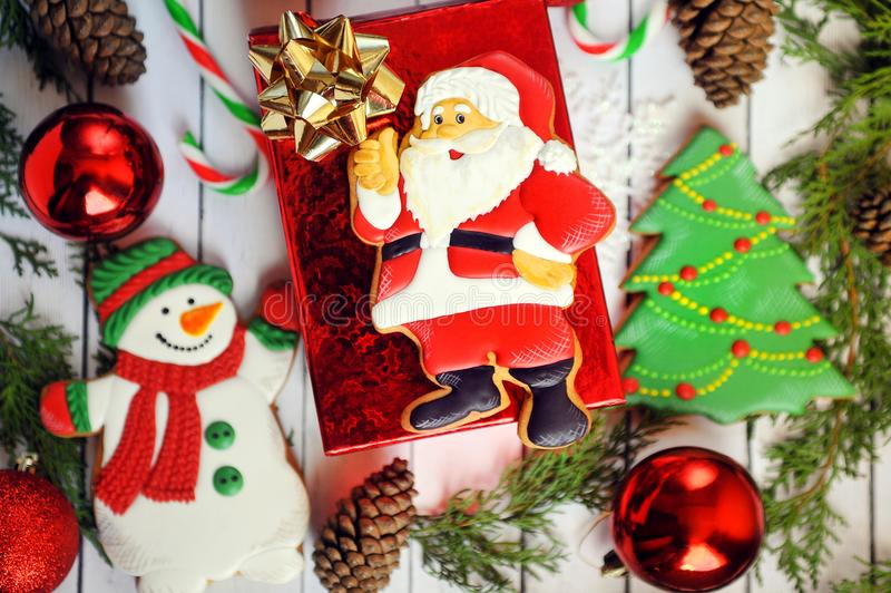 Composizione in Natale - biscotti del pan di zenzero - Santa e Natale, nuovo anno in un contenitore di regalo immagine stock