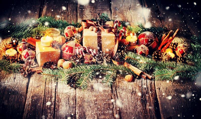 Composizione in Natale con i regali, candele su fondo di legno fotografia stock