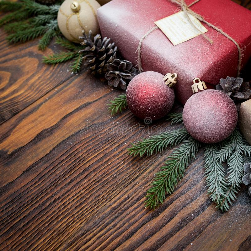 Composizione in Natale con il contenitore di regalo e decorazioni su vecchio woode fotografia stock libera da diritti