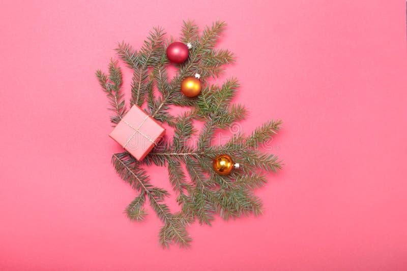 Composizione in Natale con il contenitore di regalo e la luce, palle rosse sulla tavola di legno fotografia stock libera da diritti