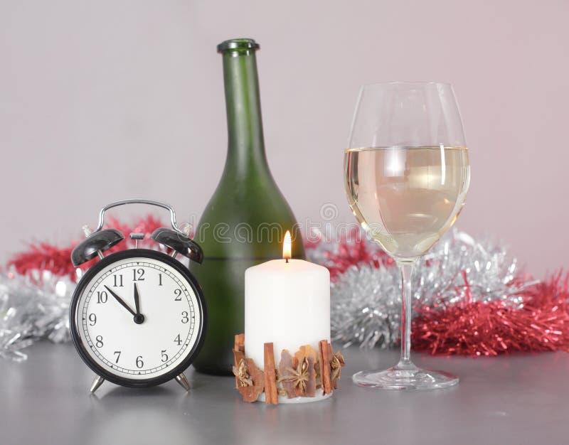 Composizione in Natale con il contenitore e le decorazioni di regalo immagine stock libera da diritti