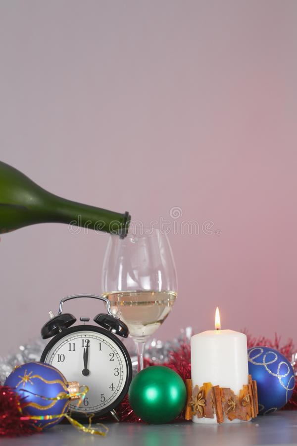 Composizione in Natale con il contenitore e le decorazioni di regalo fotografie stock libere da diritti