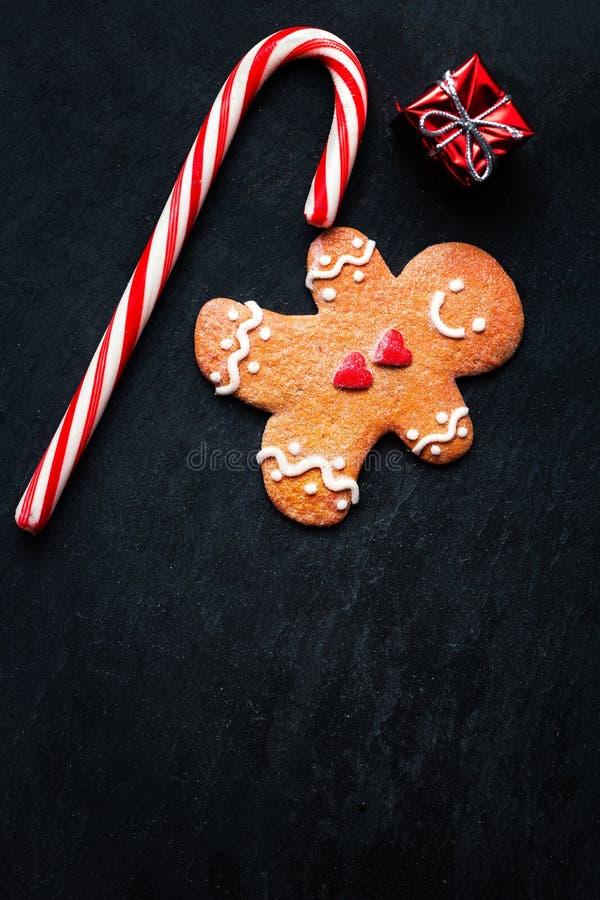 Composizione in Natale con il Natale regalo, cooki dell'uomo di pan di zenzero immagini stock