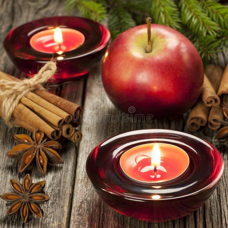 Composizione in Natale con il supporto e le mele di candela fotografia stock