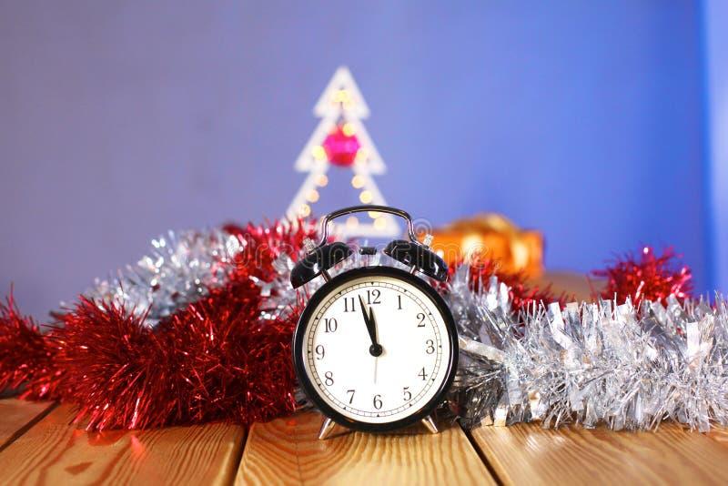 Composizione in Natale con l'albero ed orologio sulla tavola immagini stock libere da diritti