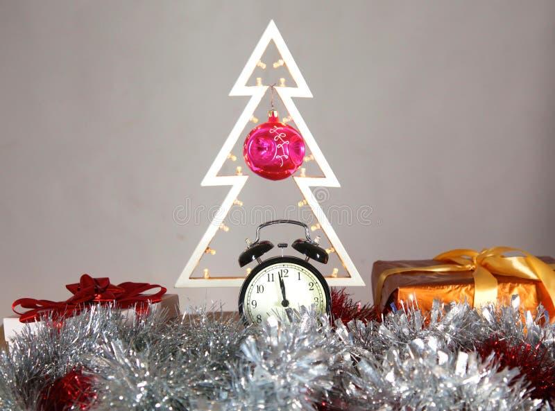 Composizione in Natale con l'albero ed orologio sulla tavola fotografia stock libera da diritti