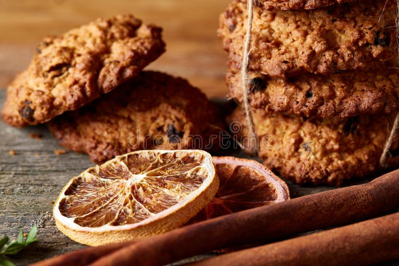 Composizione in Natale con la farina d'avena, i biscotti del cioccolato e le spezie, su fondo di legno, primo piano, fuoco selett immagini stock