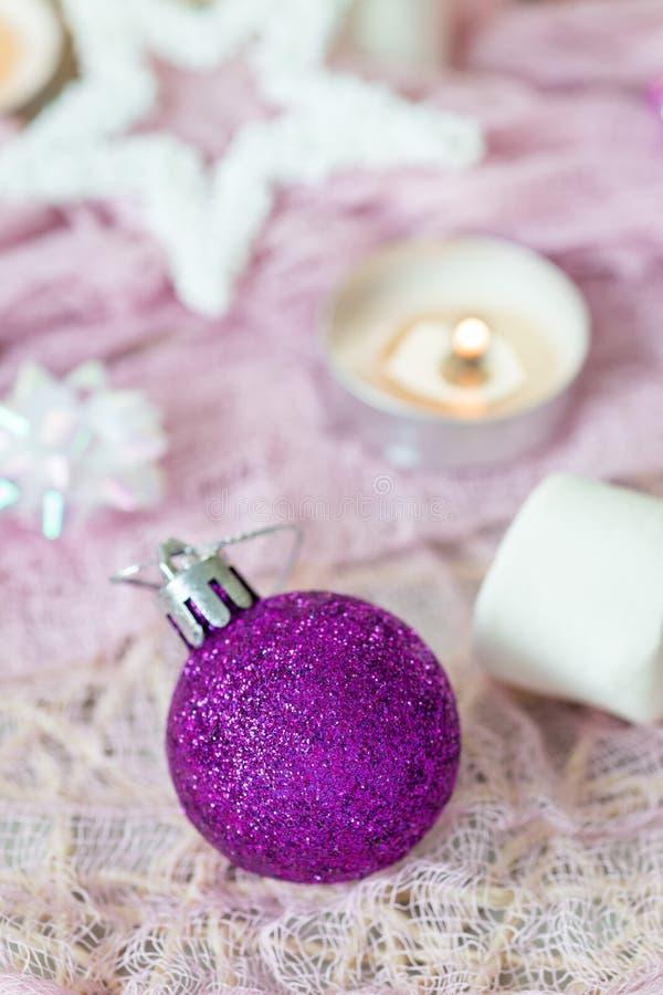 Composizione in Natale con la palla di festa, la candela e la decorazione festiva immagine stock libera da diritti