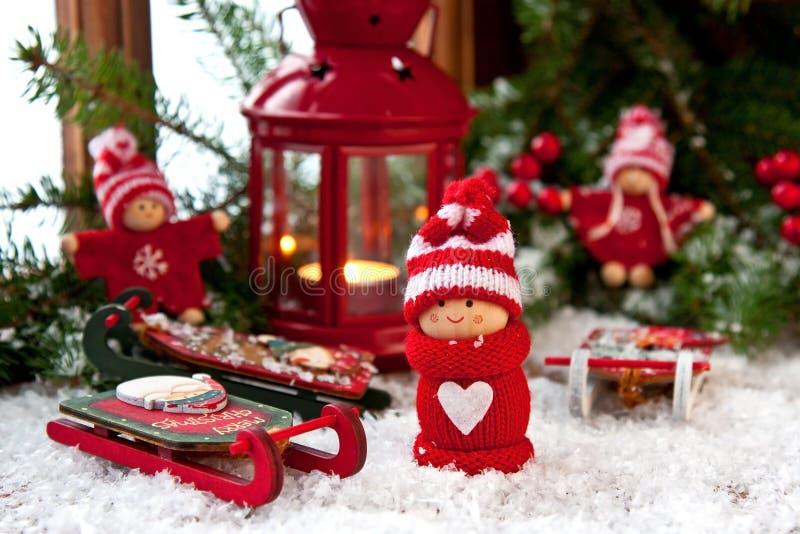 Composizione in Natale con le piccole figure e decorazione dei bambini fotografia stock libera da diritti