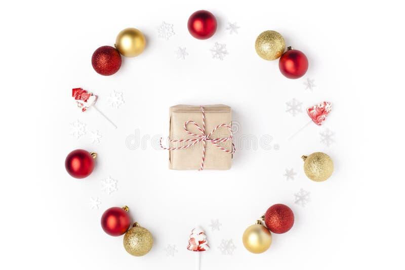 Composizione in natale Corona fatta dei fiocchi di neve, del rosso, dell'argento, delle palle dell'oro e delle lecca-lecca su fon immagine stock libera da diritti