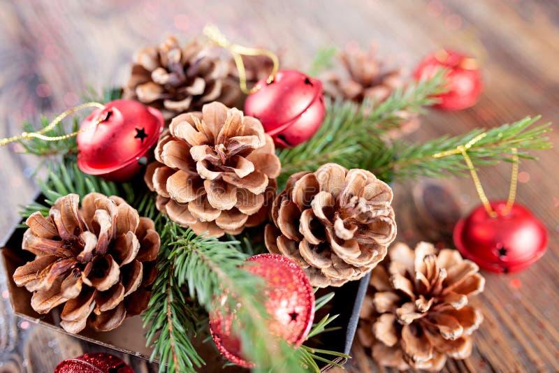 Composizione in Natale dai rami dei coni dell'albero e dell'abete rosso sopra immagine stock