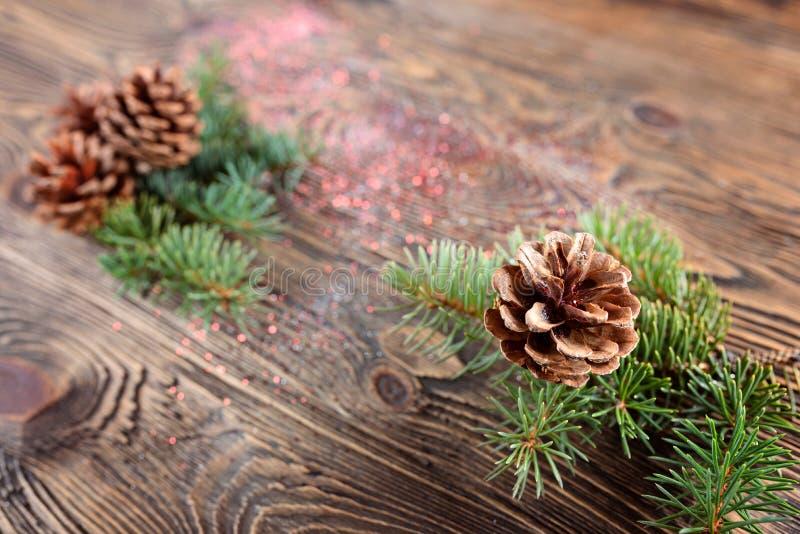 Composizione in Natale dai rami dell'abete rosso e dei coni sull'corteggiare fotografie stock