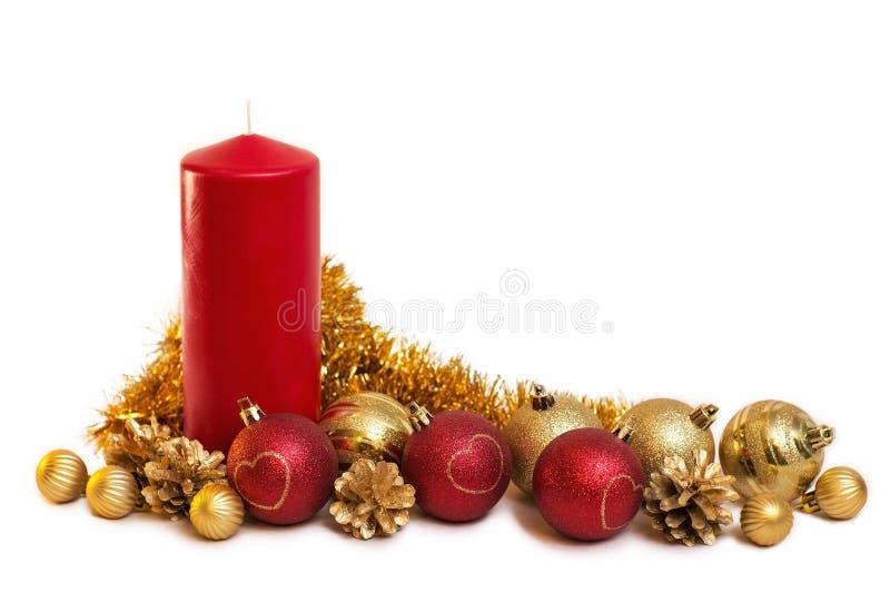 Composizione in Natale dalla candela rossa, con rosso e le palle a dell'oro immagine stock libera da diritti