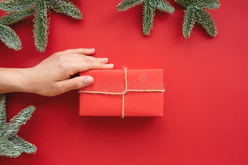 Composizione in natale Fondo con il contenitore e le decorazioni di regalo fotografia stock