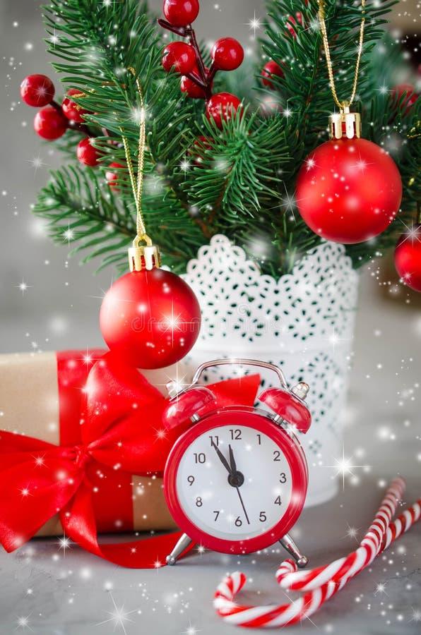 Composizione in Natale: l'abete di natale si ramifica, sveglia, contenitore di regalo e decorazioni fotografia stock libera da diritti