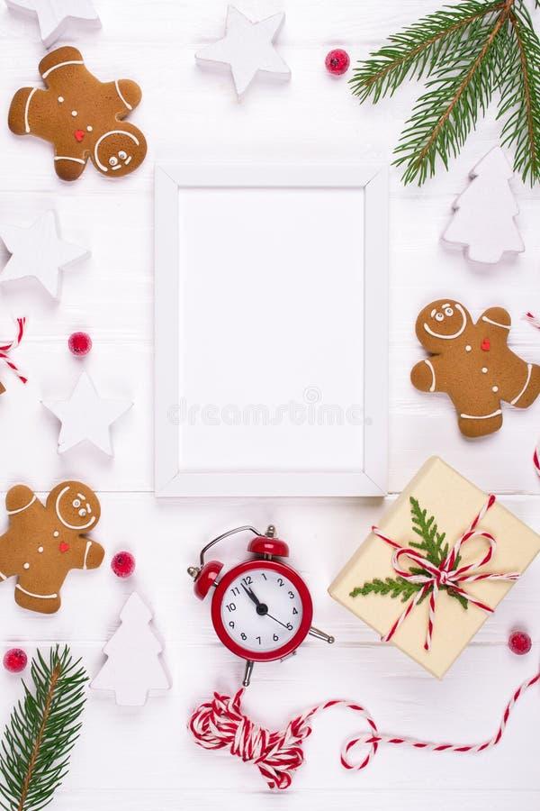 Composizione in natale Regali di Natale, decorazione, biscotti dell'uomo di pan di zenzero dei rami di albero dell'abete Concetto fotografie stock libere da diritti