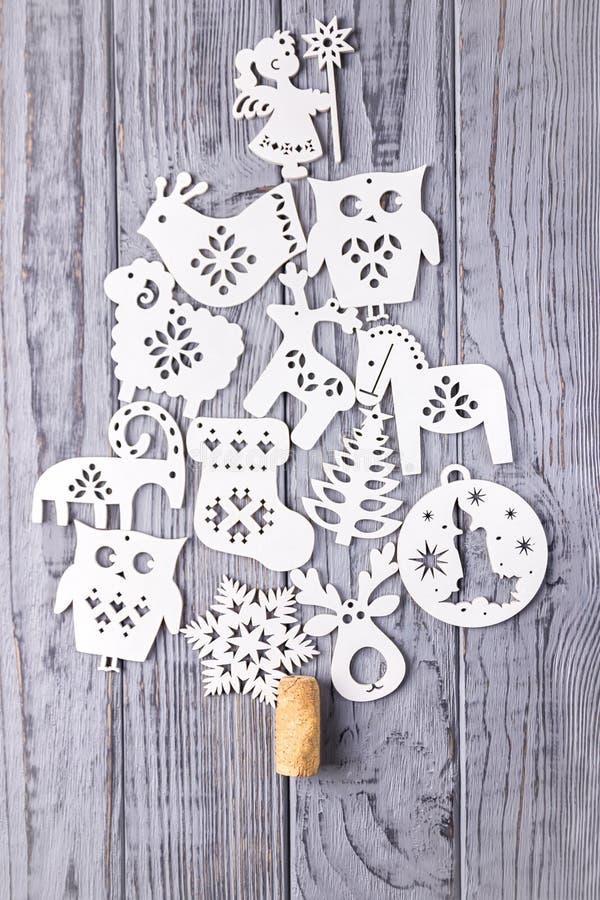 Composizione in Natale su un fondo grigio Albero di Natale composto di decorazioni di legno di Natale fotografie stock libere da diritti
