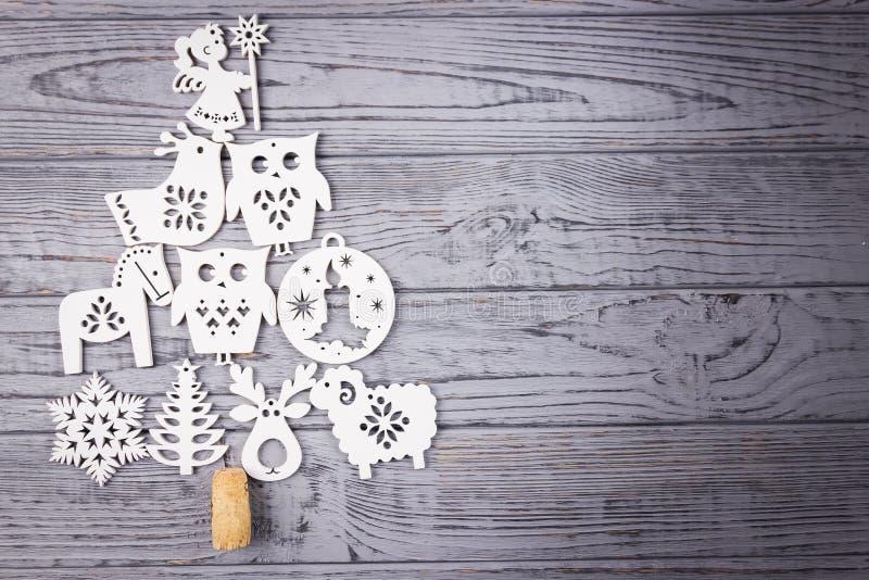 Composizione in Natale su un fondo grigio Albero di Natale composto di decorazioni di legno di Natale Vista superiore, spazio lib fotografie stock