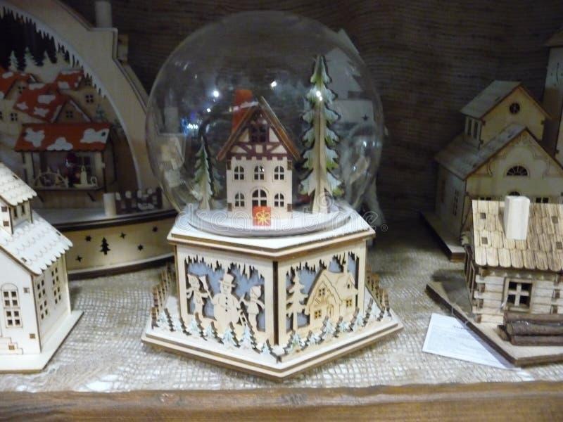 Composizione in Natale in una ciotola di vetro una casa del villaggio fra gli abeti fotografia stock libera da diritti