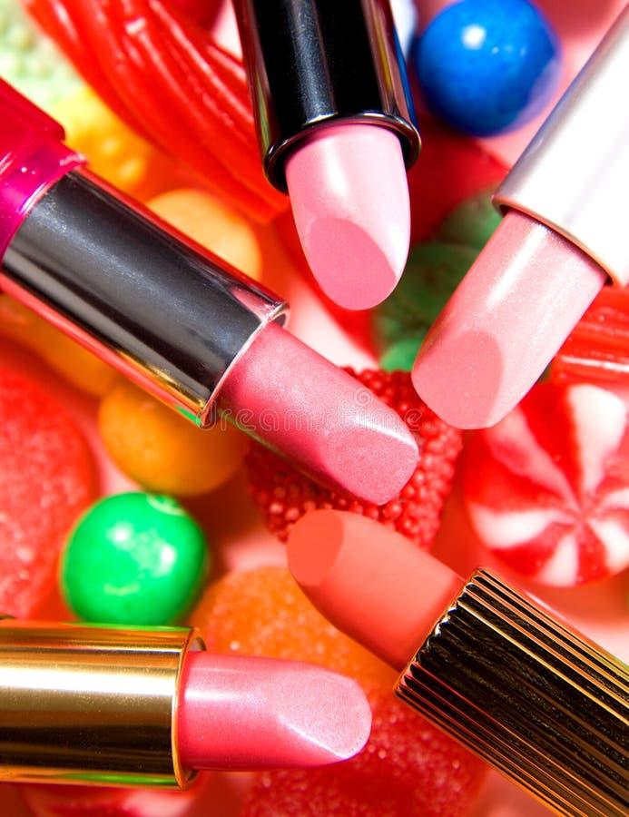 Composizione nei rossetti delle caramelle di natura morta di bellezza immagine stock