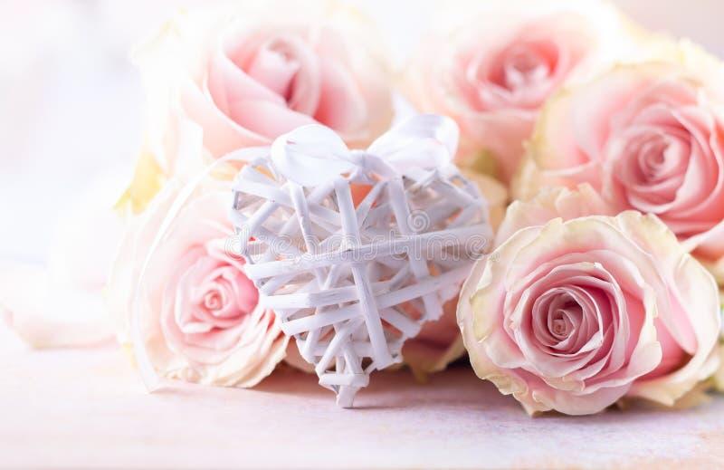 Composizione nel fiore con le rose ed il cuore rosa immagini stock