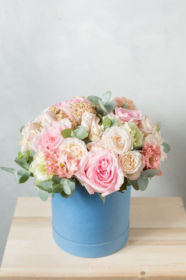 Composizione nel fiore su un fondo grigio Nozze e decorazione festiva Mazzo dai fiori della molla Copi lo spazio fotografia stock
