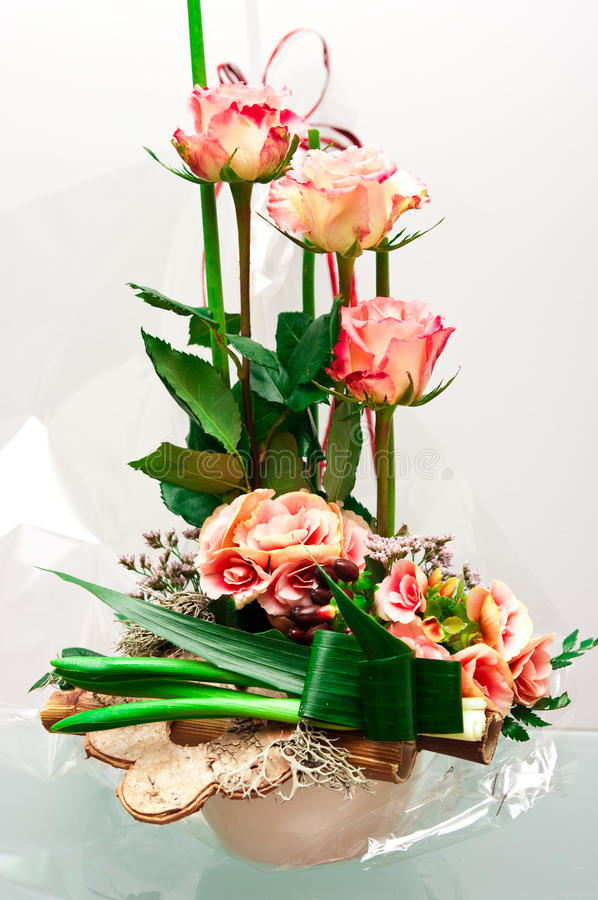 Composizione nel fiorista delle rose immagini stock